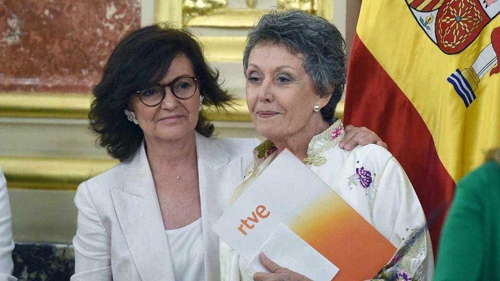 Rosa María Mateo (derecha), en su toma de posesión en el Congreso, junto a la vicepresidenta del Gobierno, Carmen Calvo.