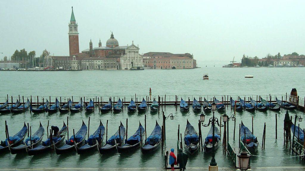 Venecia contra los turistas: multa de hasta 500 euros por sentarse en el suelo