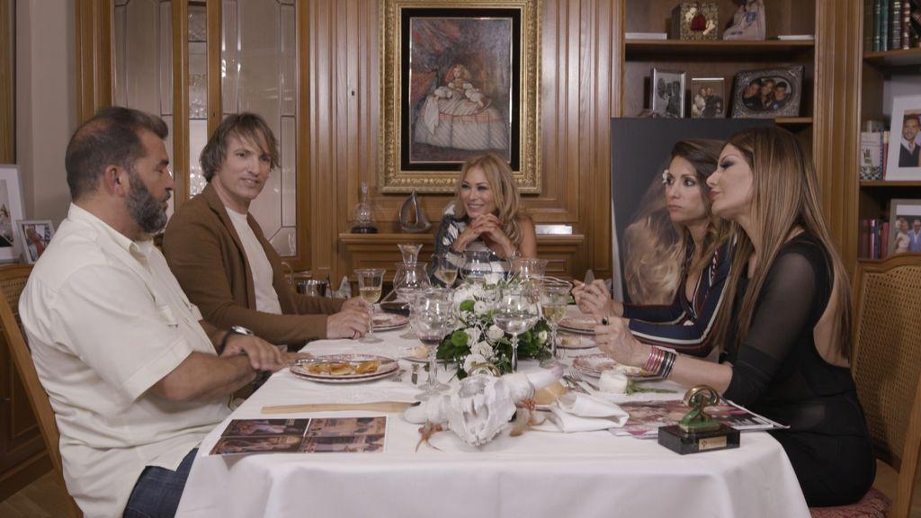 Miguel Temprano, Ismael Beiro, Nagore Robles e Ivonne Reyes, invitados de Mar Segura (en el centro) en 'Ven a cenar conmigo: gourmet edition'.