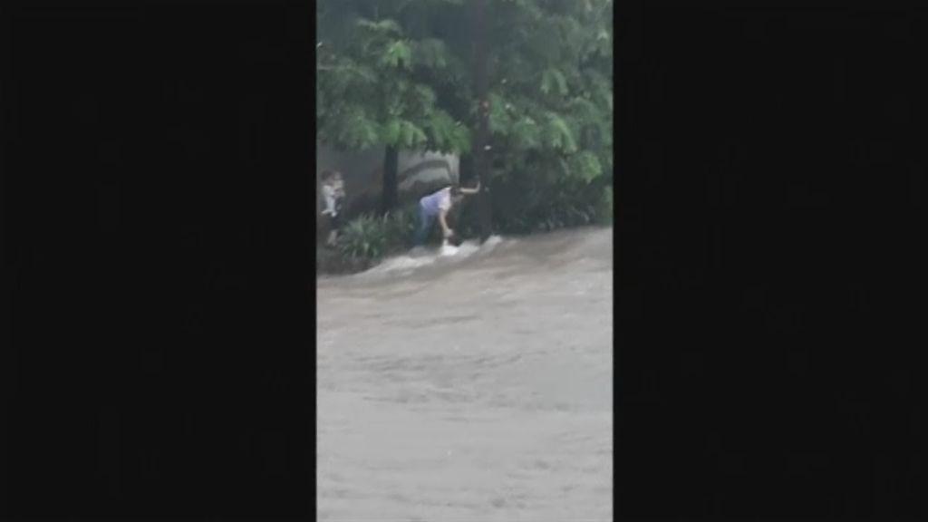 El angustioso momento en el que una madre y su hijo son arrastrados por una riada en México