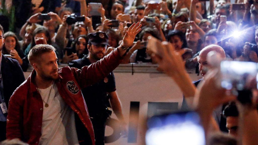 Gritos, aplausos y selfis para recibir a Ryan Gosling en San Sebastián