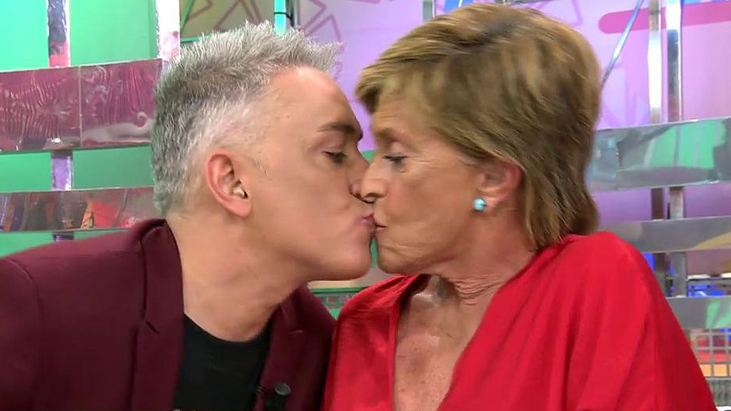 ¡Kiko Hernández besa por sorpresa a Chelo Gª Cortés!