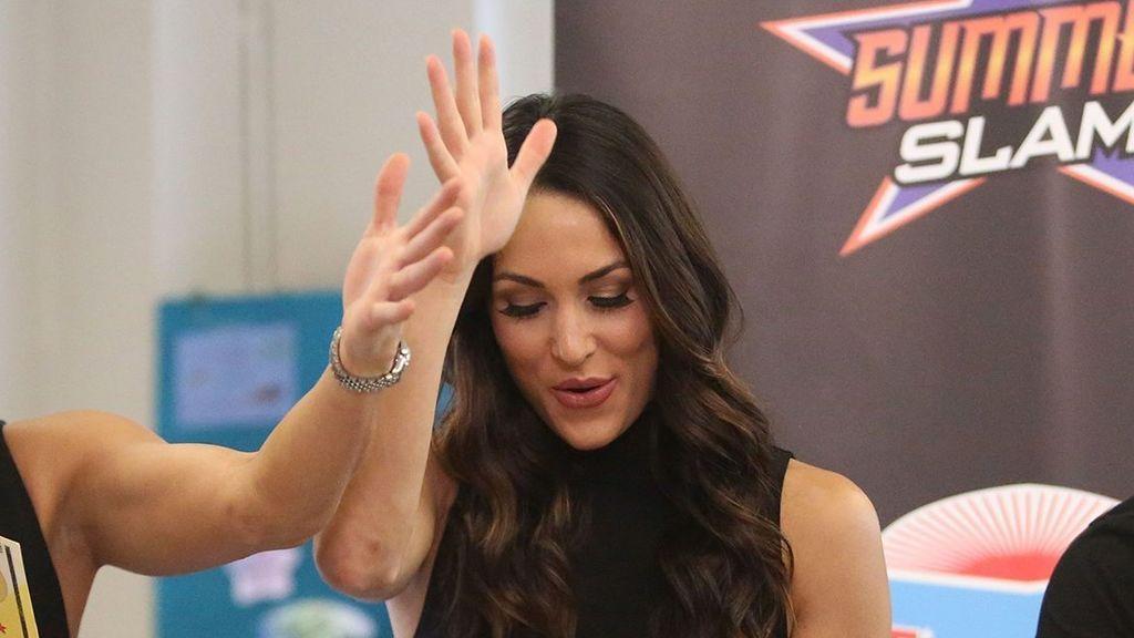 Susto en la WWE: Brie Bella deja K.O a una rival al asestarle un rodillazo de verdad en la cabeza