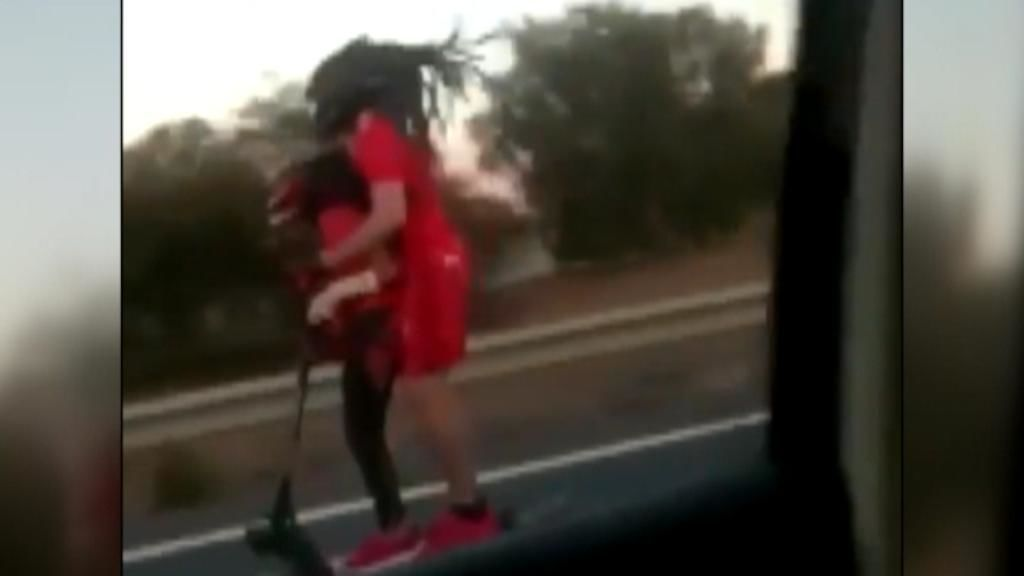 Dos personas circulan en patinete a más de 80 km/h por la autovía en Sagunto