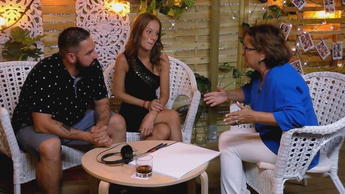 Manuel y Manuela, con la 'coach' sentimental Leyla Ramrani en el restaurante de 'First dates'.