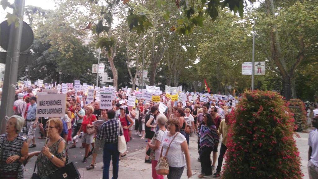 La protesta de los pensionistas corta la Carrera de San Jerónimo durante el Pleno del Congreso