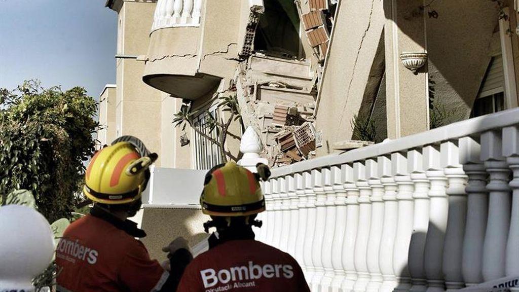 Los bomberos rescatan a dos personas atrapadas por el derrumbe de dos bungalós en Orihuela