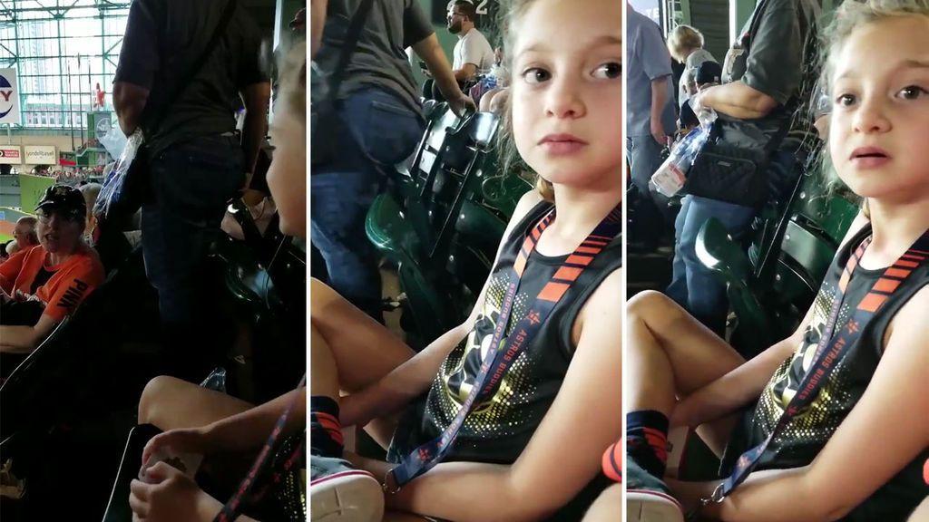 La reacción de una niña de ocho años con un trastorno emocional después de que una hincha le impida animar a su equipo