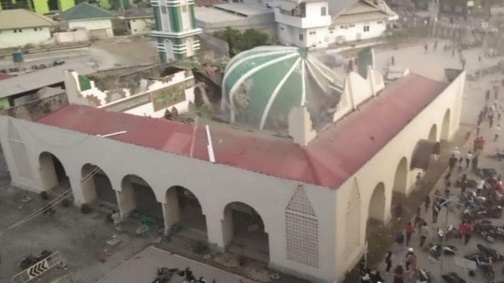 Tsunami azota a dos ciudades de Indonesia tras terremoto de 7,5 grados