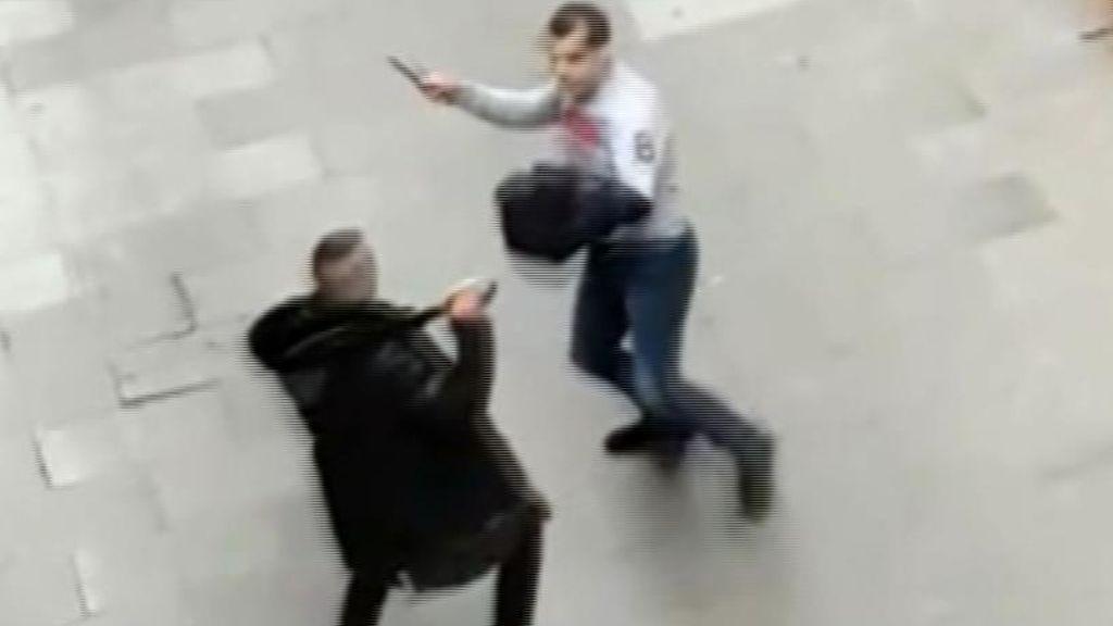 Espeluznantes imágenes de una pelea a machetes en El Raval