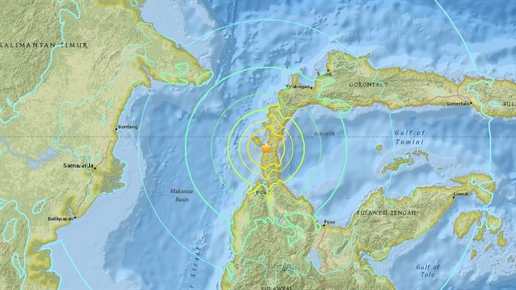 Un tsunami azota la costa de Indonesia tras un terremoto de 7,5 grados