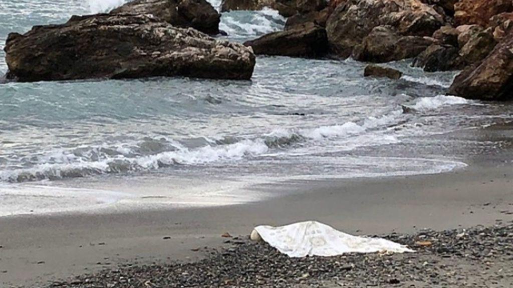 Hallan el cuerpo de una mujer en avanzado estado de descomposición en una playa de Almuñécar