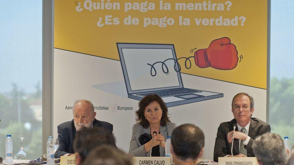 La vicepresidenta del Gobierno, ministra de la Presidencia, Relaciones con las Cortes e Igualdad, Carmen Calvo, en la XVI Jornada de Periodismo'¿Quién paga la mentira?, ¿es de pago la verdad?'.