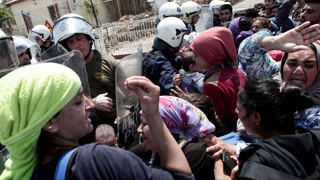 Un muerto y ocho heridos graves tras enfrentamientos en un campo de refugiados en el norte de Atenas