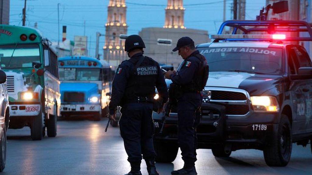 Encuentran a hombres desnudos atados a postes en México
