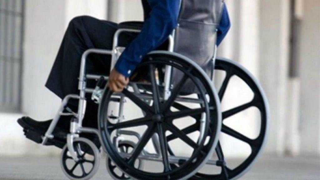 Duerme en un cajero porque no puede subir a su casa en silla de ruedas en Ibiza