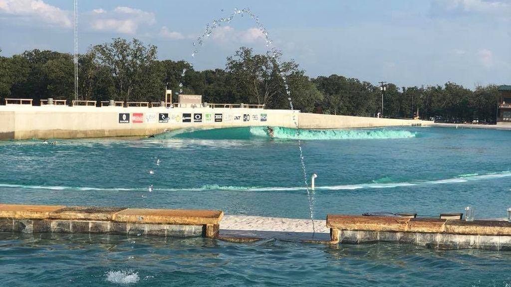 Una bacteria en el agua mata a un surfista tras entrenar en un espectacular parque acuático