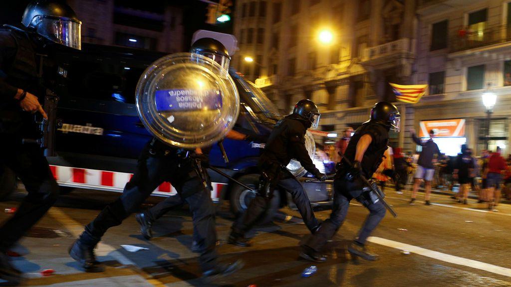 El aniversario del 1-O culmina entre altercados y cargas policiales