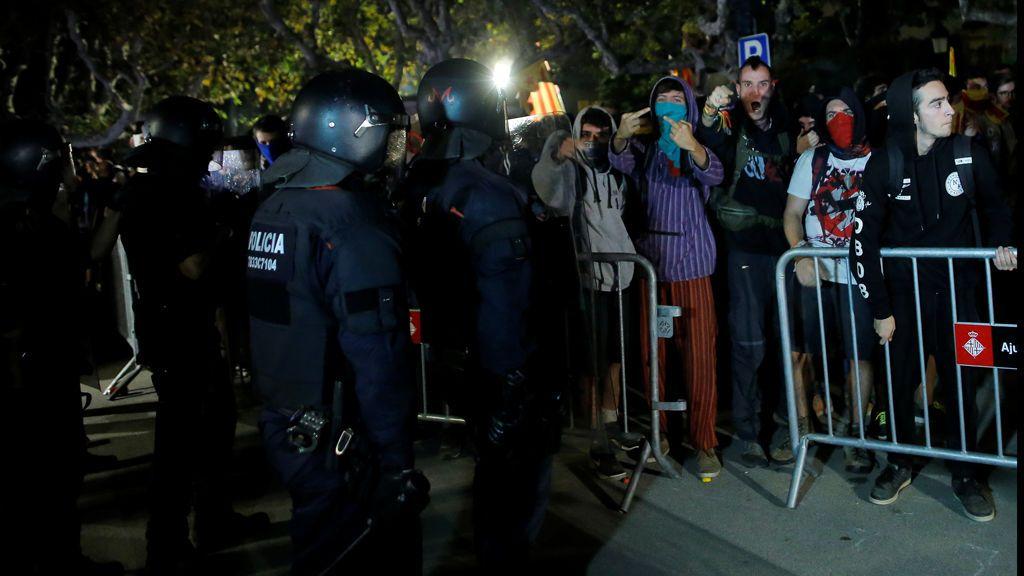 Tensión entre los manifestantes y los Mossos D'Esquadra al final de la manifestación del 1-O