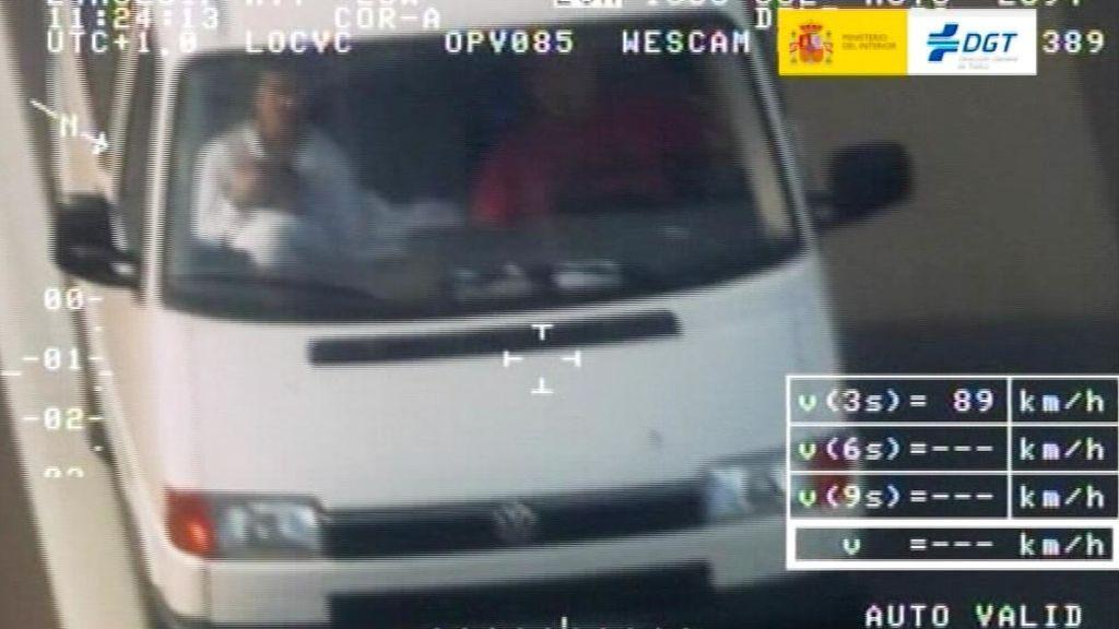Padres cazados llevando a sus niños sin sujeción en el coche