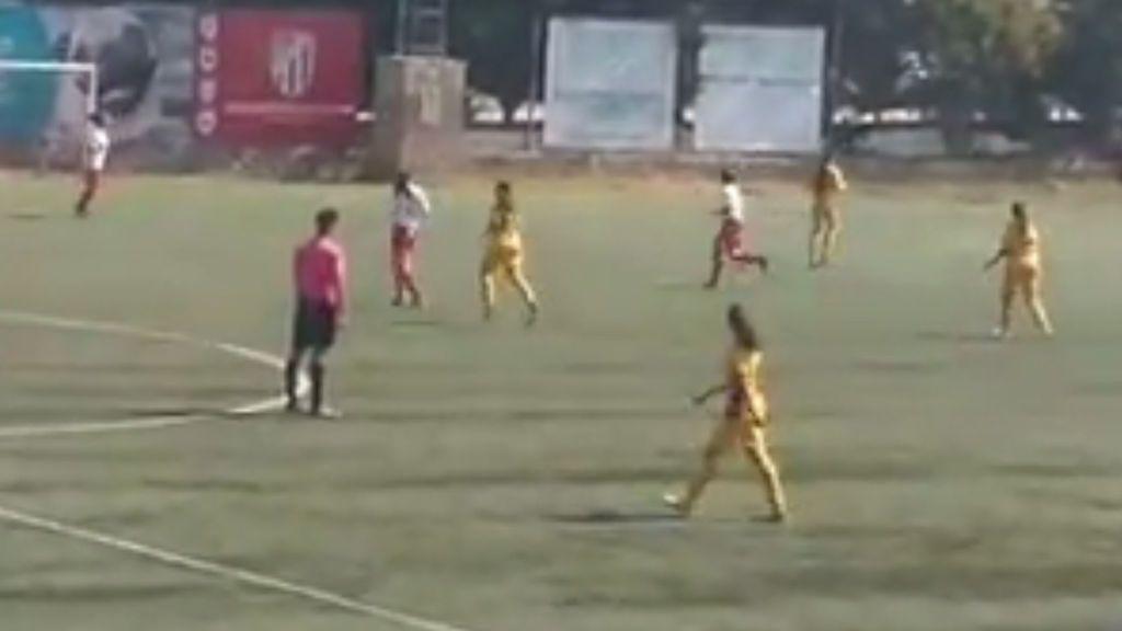 La vergonzosa actitud de un árbitro de fútbol femenino sin moverse del centro del campo en todo el partido