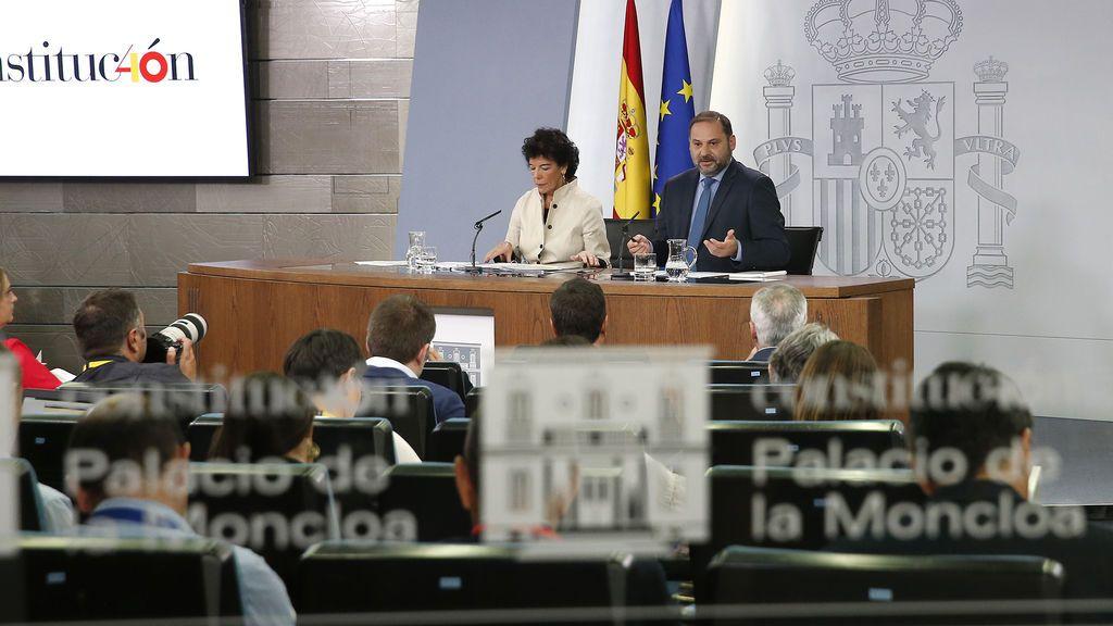 La ministra de Educación y Formación Profesional y portavoz del Gobierno, Isabel Celaá, y el ministro de Fomento, José Luis Ábalos, durante la conferencia de prensa posterior al Consejo de Ministros del 28 de septiembre de 2018.
