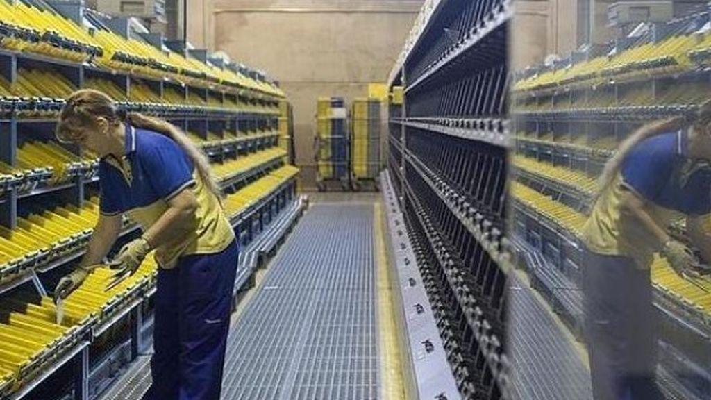 Las etiquetas medioambientales de la DGT, agotadas en las oficinas de Correos de Madrid