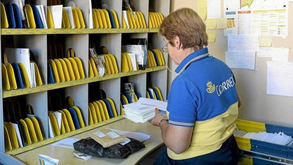 Se agotan las etiquetas medioambientales de la DGT  en las oficinas de correos de Madrid