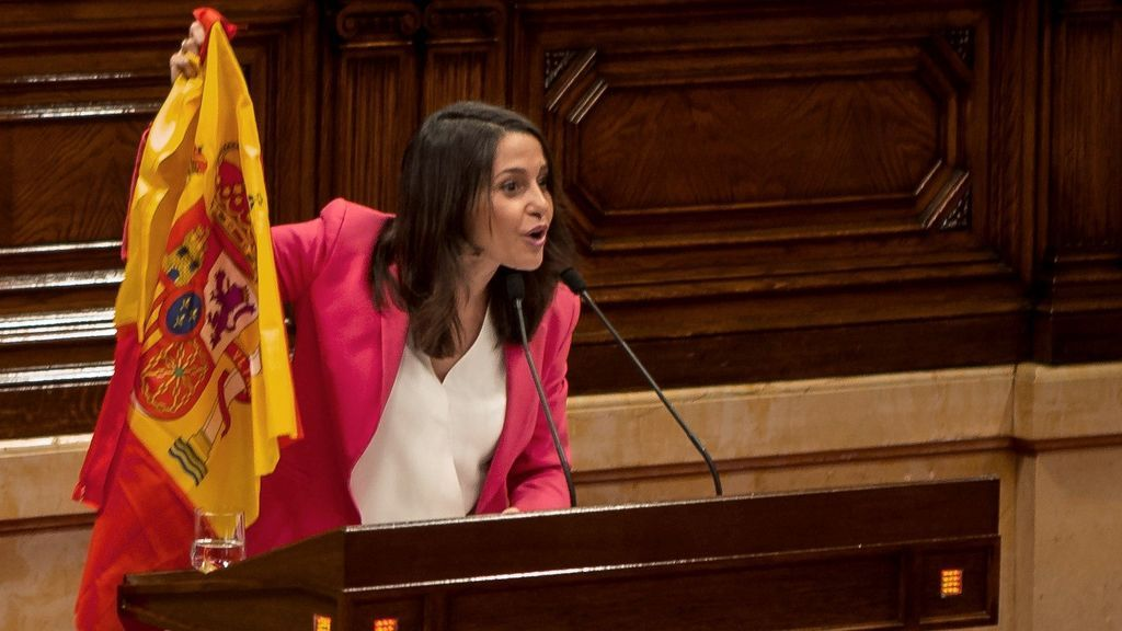 El show de Arrimadas en el Parlament: saca una bandera de España