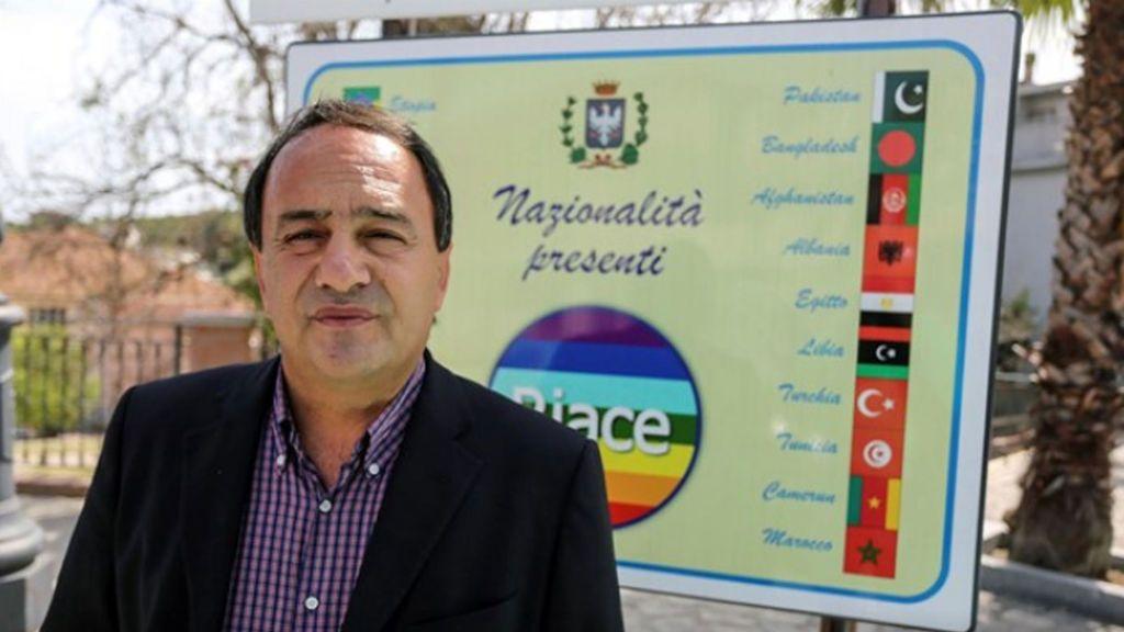 Arrestan a un alcalde italiano, símbolo de la integración, acusado de promover la inmigración ilegal