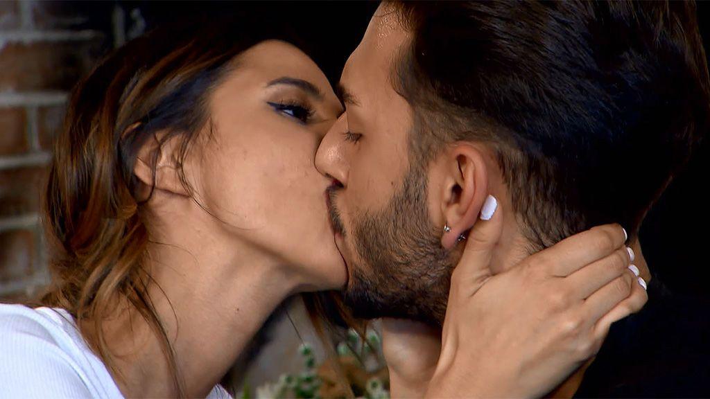Cita Marina y Gerard: la tronista prueba a besar con los ojos abiertos