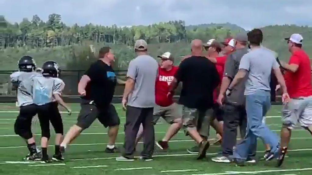 Dos entrenadores de categoría alevín convierten el habitual saludo tras un partido en una brutal pelea