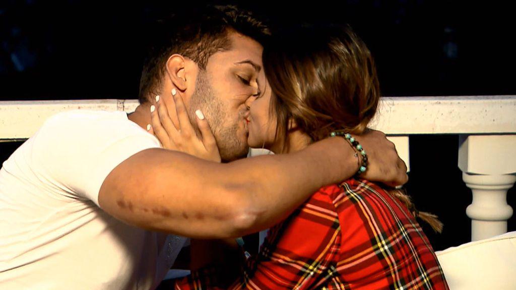Cita Marina y Santana: no pueden dejar de besarse