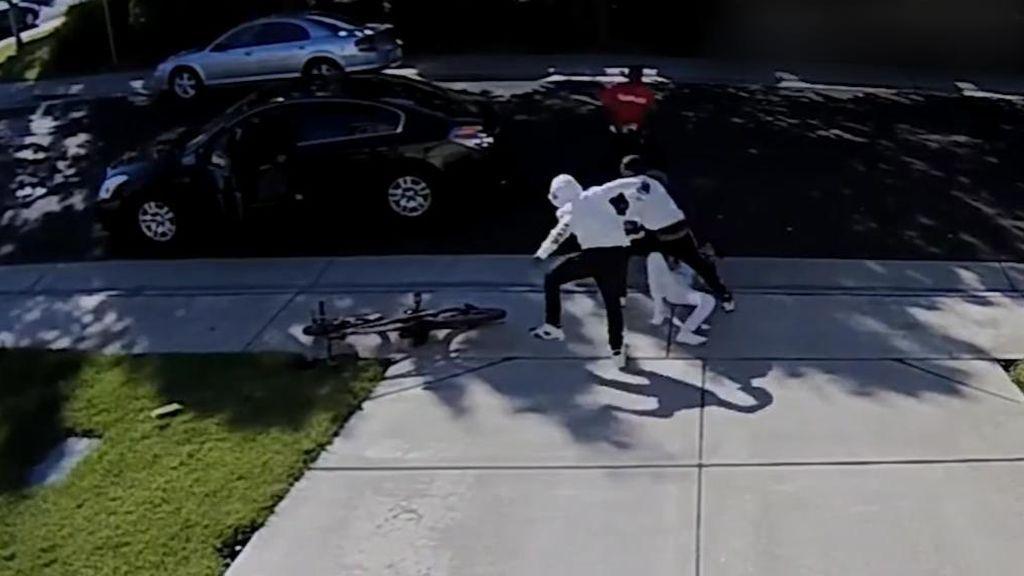 Apalean a un niño de 12 años para robarle las deportivas