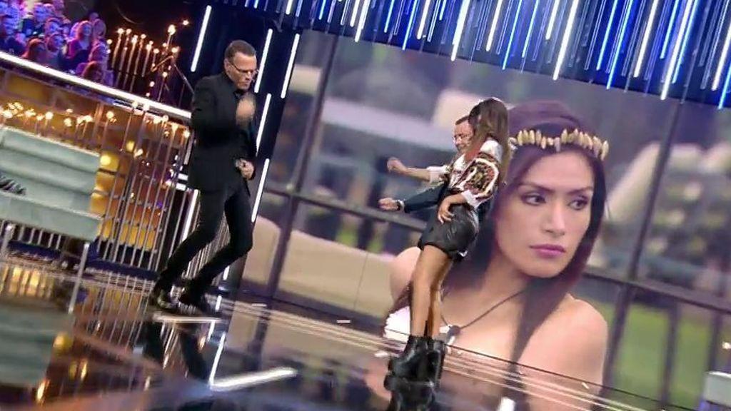 Carlos Lozano enseña a bailar el 'Cómo se mata al gusano' a Jorge Javier e Isa Pantoja