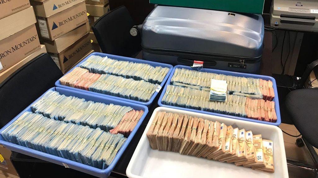 Detienen en El Prat a dos pasajeros con un millón de euros