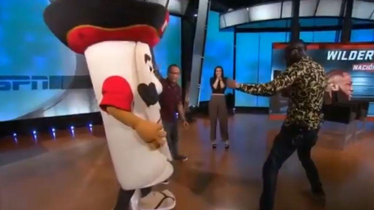 El espectacular 'KO' de Deontay Wilder a la mascota de un programa de televisión en pleno directo