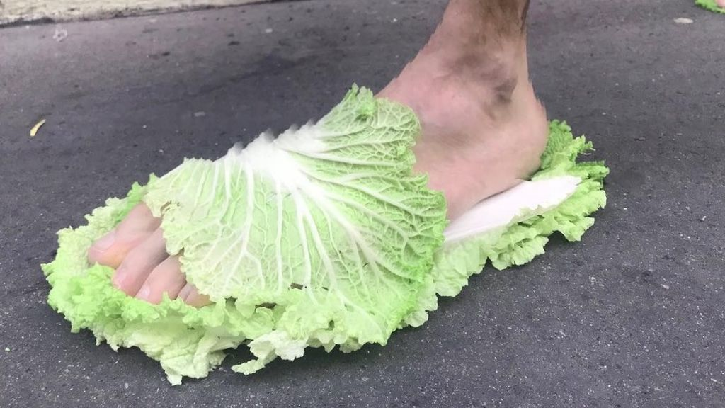 Calzado vegano: la nueva y extravagante moda de vestir con sandalias de lechuga