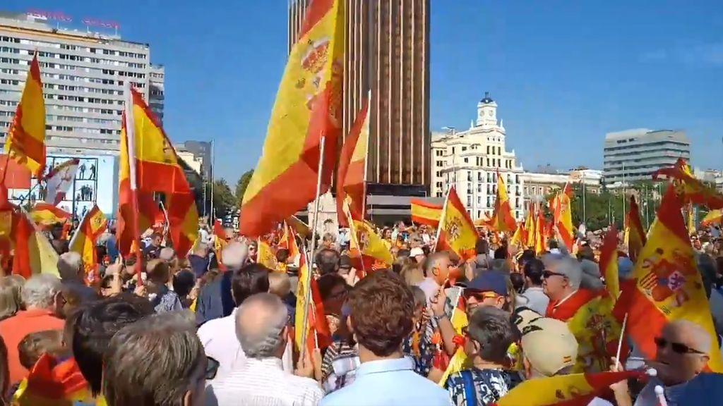 La plaza Colón se llena de manifestantes que protestan contra el Gobierno de Pedro Sánchez