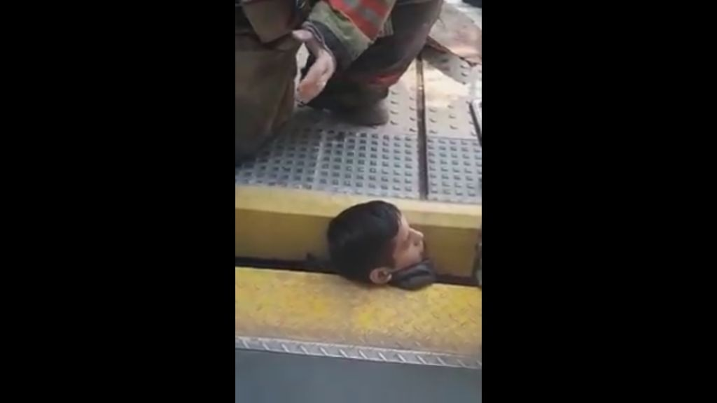 Así quedó atrapado un joven en las vías del tren — Impactante