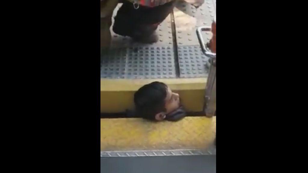 Increíble rescate de un joven que tenía su cabeza atrapada entre el andén y el tren