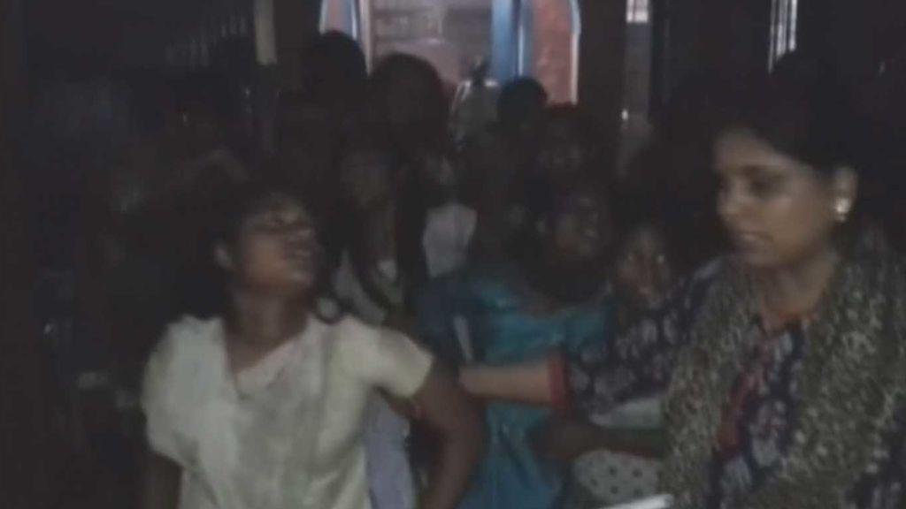 Brutal paliza de un grupo de jóvenes a 34 niñas indias en un internado