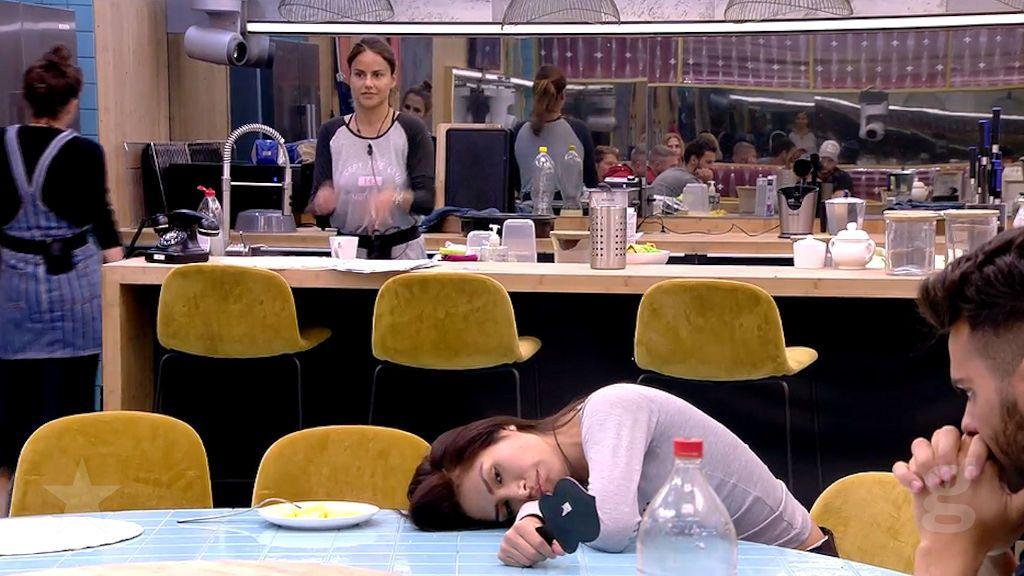 Mónica tira encima de Miriam los restos de la comida