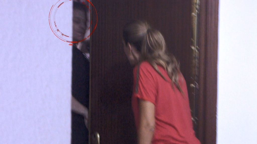 Encontramos al estafador escondido en casa y el hijo amenaza a los reporteros