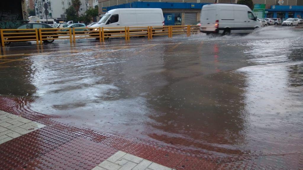 Hallan un cadáver en el mar en Marbella e investigan su posible relación con las lluvias