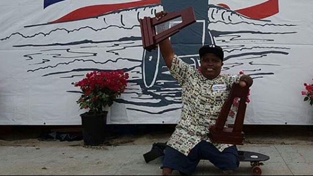 Un niño de 13 años, sin piernas y sin un brazo, gana dos oros en una competición internacional de surf