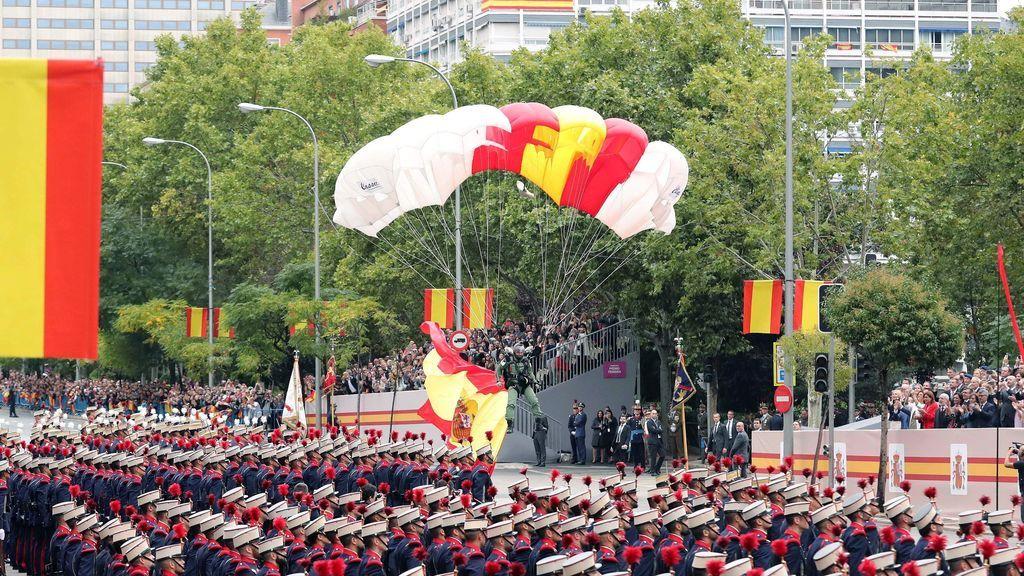 Un paracaidista desciende con la bandera nacional