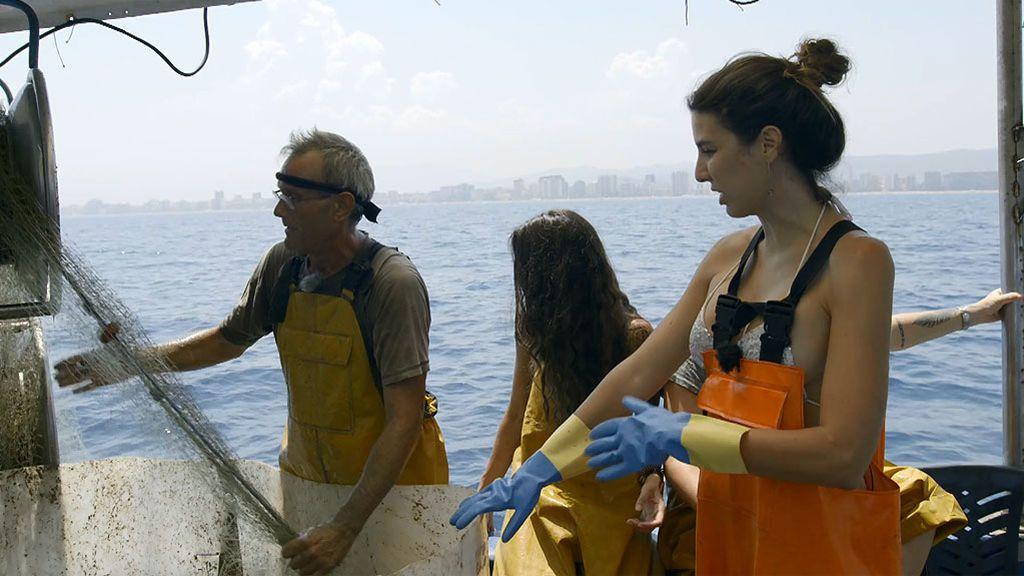 """Las Leoni se """"mueren de asco"""" recogiendo pescado"""