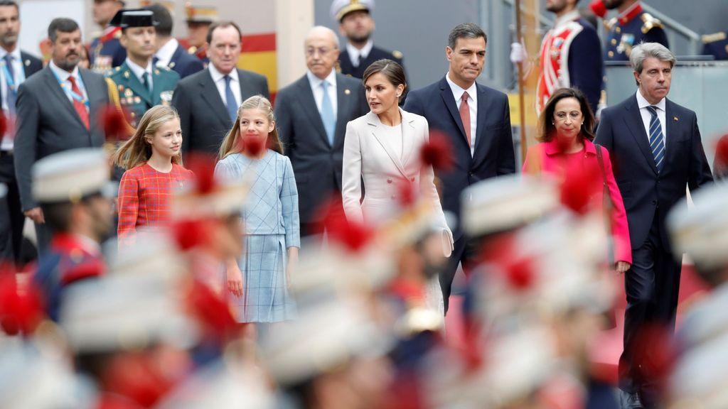 La reina, siempre atenta a sus hijas