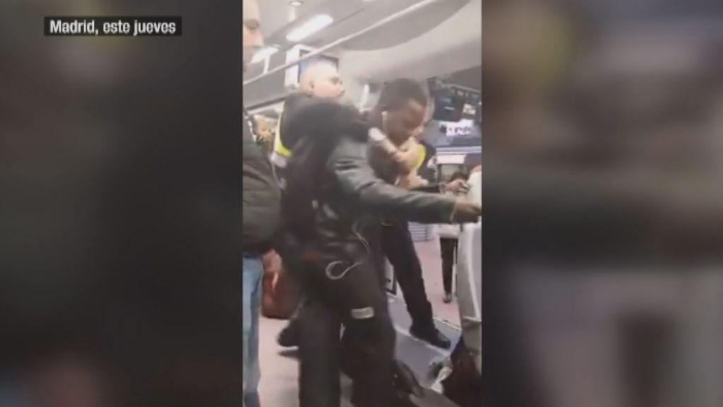 Aparecen nuevas imágenes de la expulsión del pasajero negro del Cercanías